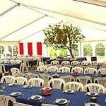 Opstilling af borde og stole i festtelt
